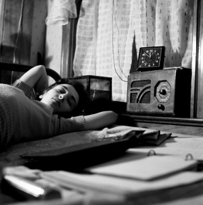 Esther_Bubley,_A_radio_is_company_for_this_girl_in_her_boardinghouse_room,_Washington,_D.C.,_1943